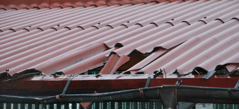 En tombant, le silo a détruit une partie du toit
